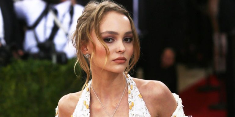"Lily-Rose Depp posa ""topless"" a sus 18 años"